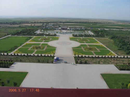 派欧式绿化,广场铺地和草坪绿化都是严整的几何图案