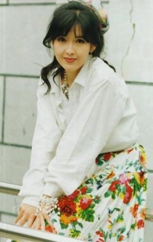 周慧敏是我第一个喜欢的女明星,以前看她年轻的时候很漂亮,现在图片