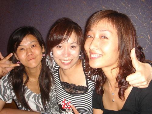 我们老公去青岛啤酒节了,把我们四个人留在烟台,呵呵.