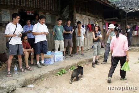 黄长学的妻子苟云壁与小黑熊玩耍