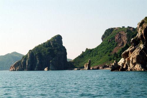 名称:海王九岛风景区 简介:山群岛(长海县)位于辽东半岛东部的黄海