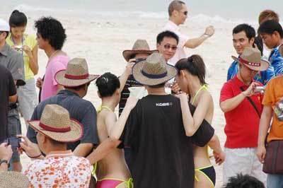 2006年9月10日,新丝路模特在海南三亚蜈支洲海岛上进行泳装外景拍摄